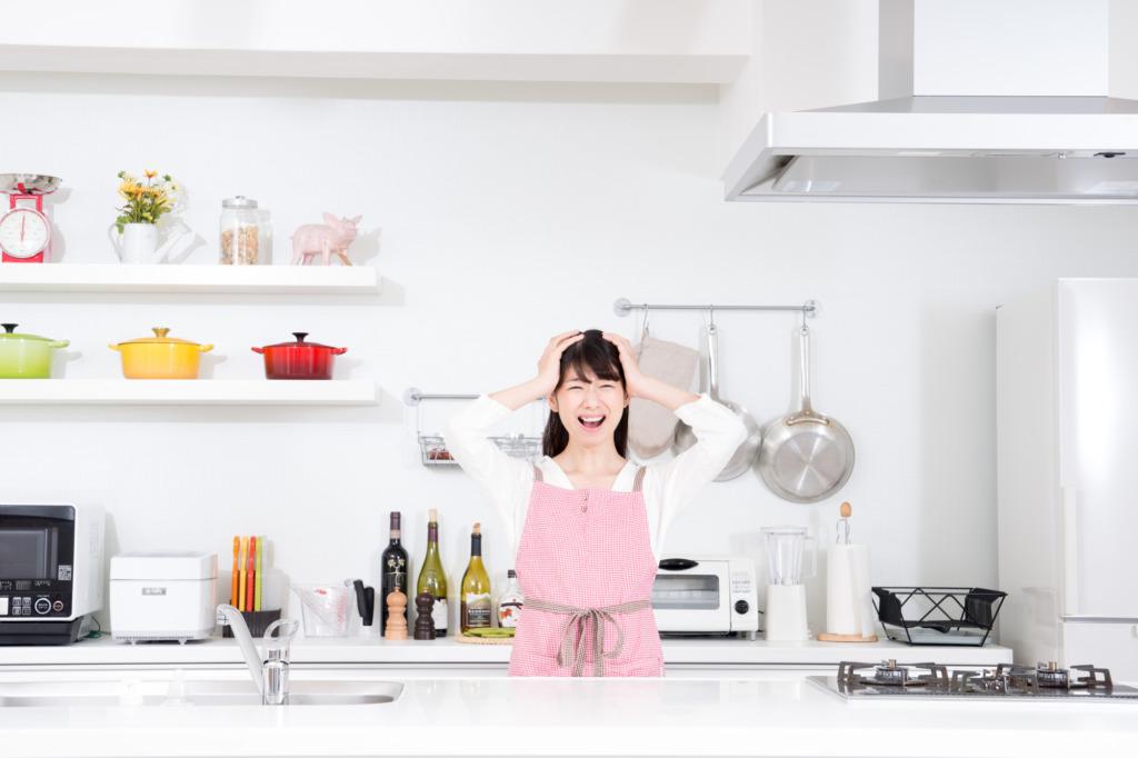 食器を洗うたびに大洪水!?キッチンの排水口はなぜつまる?